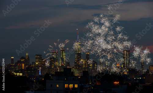 In de dag New York City Firework over city at night with Fireworks over Manhattan