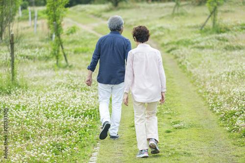 Fotografia 公園を散歩する老夫婦