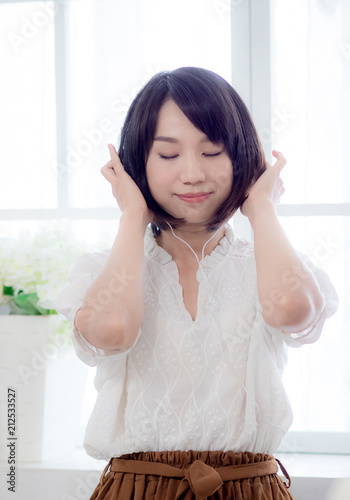 Fototapeta Girl listening to the music  obraz