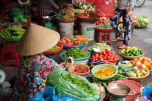 Vietnamese Woman Selling Vegetables At Market In Hoi An ベトナム・ホイアンの市場で野菜を売る女性