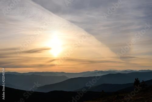 In de dag Ochtendgloren sunrise sun mountains halo sky