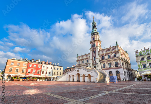 Foto  Zamosc, Poland - August 22, 2017: Ancient Town Hall of Zamosc and dramatic sky