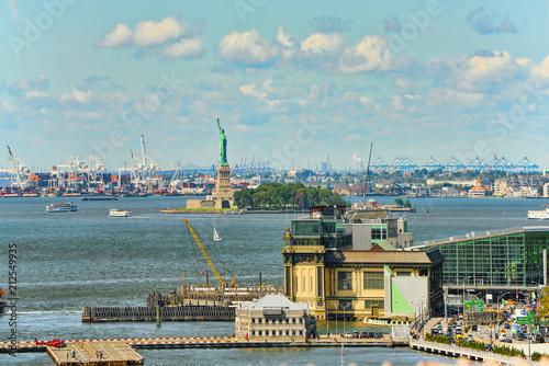 Spoed Foto op Canvas Verenigde Staten New York, USA, Lower Manhattan and Brooklyn Bridge across the East River between Manhattan and Brooklyn.