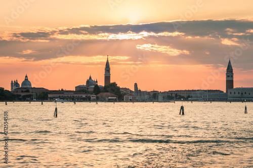 Plakat zachód słońca nad weneckiej laguny z panoramę Wenecji w tle