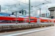 Verschwommener Zug fährt durch Bahnhof in der Großstadt