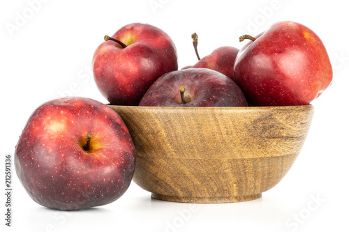 Photo  Apples red delicious in a wooden bowl isolated on white background