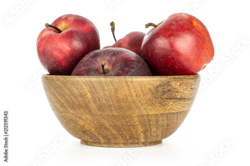 Photo  Juicy apples red delicious in a wooden bowl isolated on white background