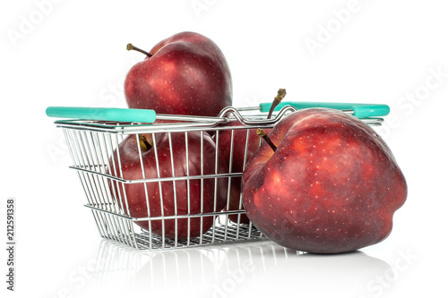 Photo  Apples red delicious in a shopping basket isolated on white background