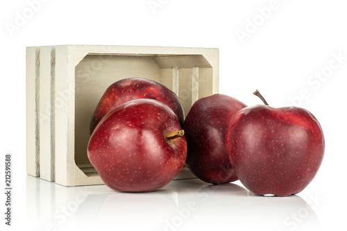 Photo  Red delicious apples near a wooden box isolated on white background