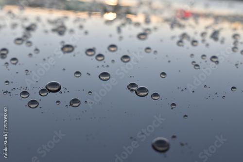 Obraz na plátně Beading water on the surface of a car