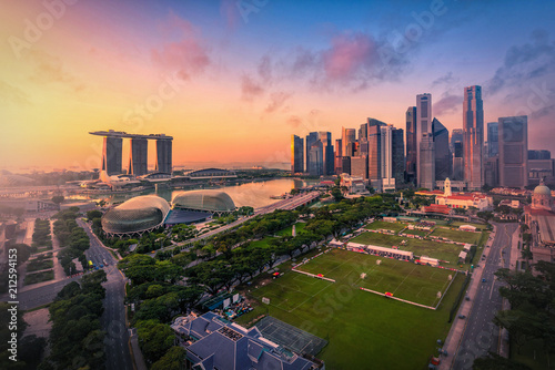 Tuinposter Stad gebouw Singapore Skyline and view of skyscrapers on Marina Bay at sunsrise.
