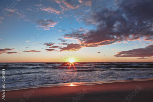Spoed Foto op Canvas Zee zonsondergang summer sunset at sea, sea waves, sun rays, dramatic sky, beautiful colors