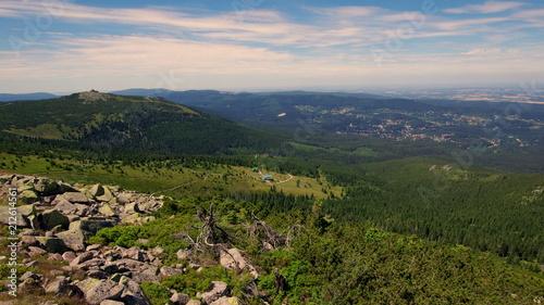 Piesza wycieczka po górskim paśmie w polskich Sudetach - Karkonoszach w pobliżu Szklarskiej Poręby © Konrad_elx