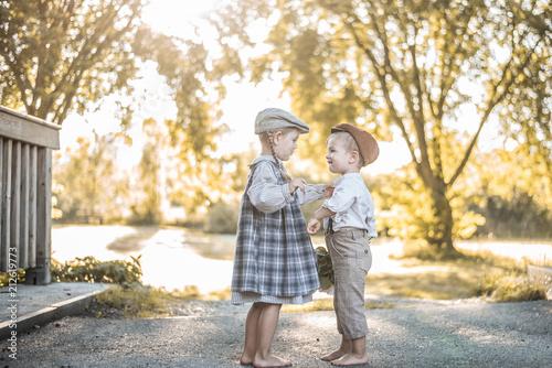Obraz na plátně  Kinder in Vintagekleidung sind glücklich