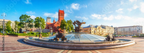 Fotografía Panoramic view on Red Church or Church Of Saints Simon and Helen, Fountain at independence Square in Minsk, Belarus