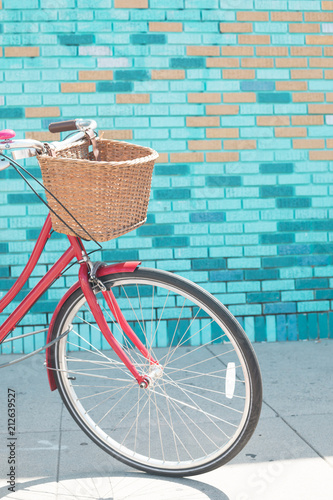 Foto op Canvas Fiets Vintage bicycle in front of a colorful wall in California