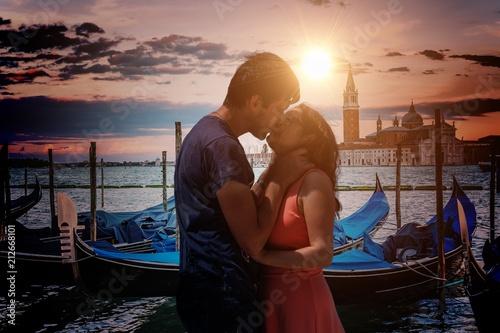 Plakat Młoda para zakochanych całuje się w Wenecji we Włoszech.