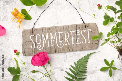 Foto op Aluminium Hoogte schaal Sommerfest - Einladung / Karte mit Holzschild und verschiedenen Pflanzen (Erdbeerstaude, Rose, Farn, Geißblatt) auf einem rustikalen weißen Holz Hintergrund, top view