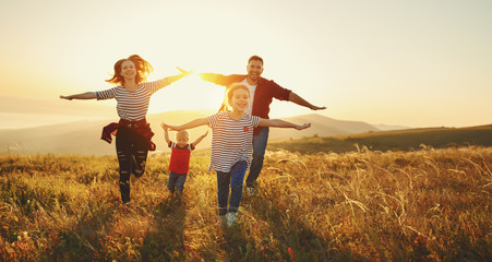 Panel Szklany Do gabinetu lekarskiego/szpitala Happy family: mother, father, children son and daughter on sunset