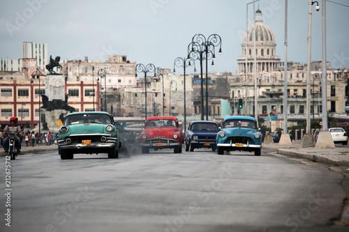 Fototapeta I colori delle fantastiche auto retrò americane a Cuba obraz na płótnie