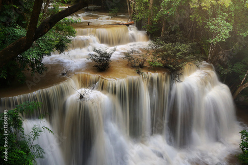 Foto  A beautiful view of Huay Mae khamin waterfall at Kanchanaburi province in Thailand