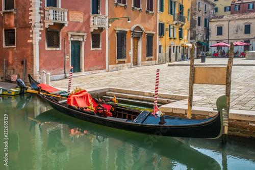 Foto op Plexiglas Venetie Gondola parked at small piazza