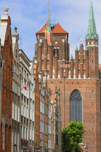 Papiers peints Con. ancienne Mariacka street with colorful facades of tenement houses and St. Mary's Church, Gdansk, Poland