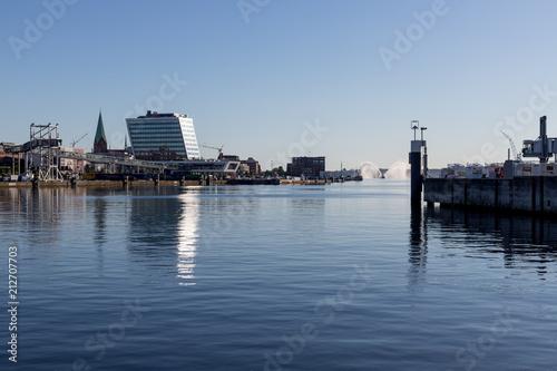 Foto auf AluDibond Stadt am Wasser Löschboot im Hafen von Kiel