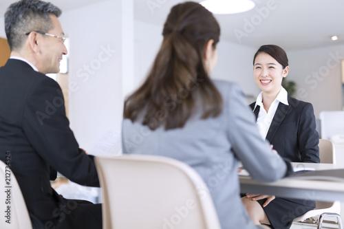 打ち合わせをするビジネス女性