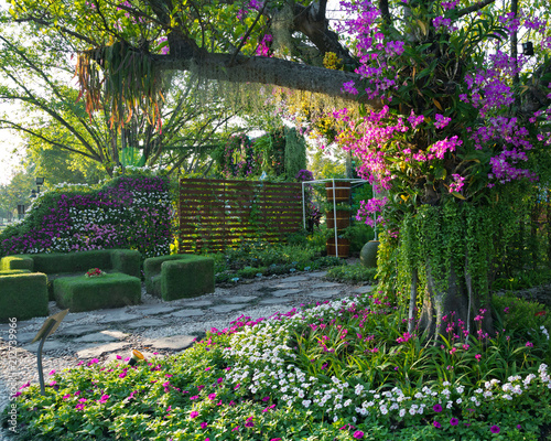 Cadres-photo bureau Jardin The vertical garden that blends the natural beauty of the park.