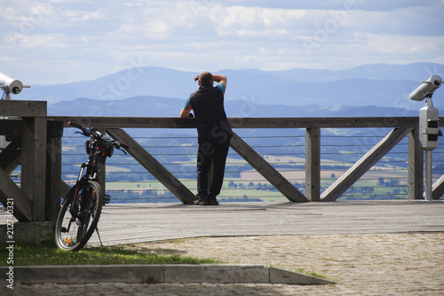 Photo Man on the observation deck with bike