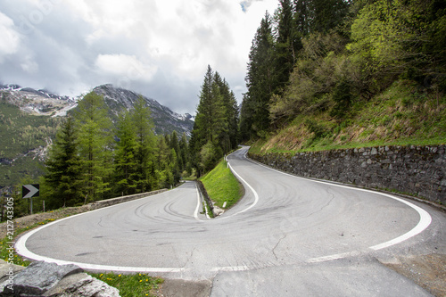 Foto  Curved road in mountains