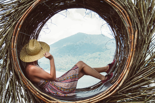 Foto auf AluDibond Schokobraun Traveller young woman sitting looking the mountain landscape at world trip