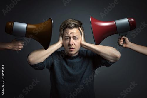 Deurstickers Wanddecoratie met eigen foto Gestresster Mann hält sich die Ohren zu