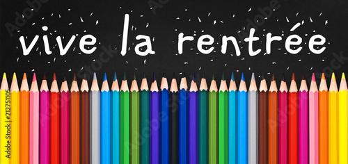 Papiers peints Pays d Asie Vive la rentrée écrit sur un tableau noir, crayons de couleur alignés. Rentrée scolaire