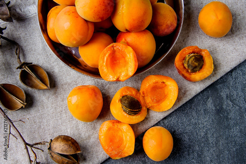 Apricots in a metal pial are stacked Fototapet