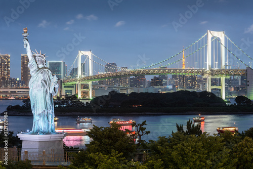 Foto op Plexiglas Historisch mon. Odaiba Statue of Liberty with rainbow bridge and Tokyo tower in evening, Landmarks of Tokyo, Japan
