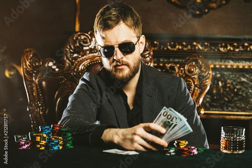 Foto  gambler man with money