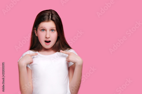 Cuadros en Lienzo Amazed girl pointing on her isolated on pink background