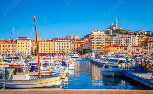 Fotomural  Summer view on basilica of Notre Dame de la Garde and old port in Marseille, Fra