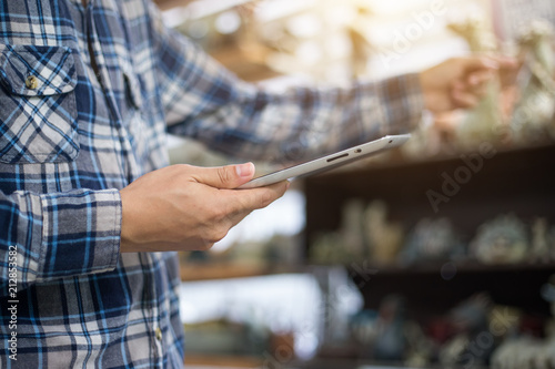 Foto Businessman with touchscreen tablet checking inventory in stock room