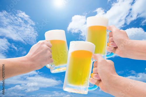 Deurstickers Bier / Cider 青空のもと生ビールで乾杯