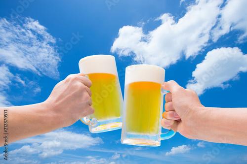 Foto op Canvas Bier / Cider 青空のもと生ビールで乾杯