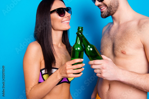 Fotomural Close up crop photo of couple holding cold drink in glass bottle and celebrate b