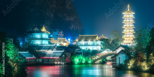 Tuinposter Guilin Sun and Moon Twin Pagodas on Shanhu Lake Guilin