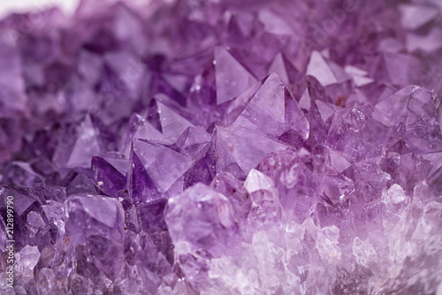 Photo Close up purple shining amethyst quartz crystal texture abstract background