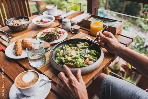 Foto  View from above on table with fresh breakfast