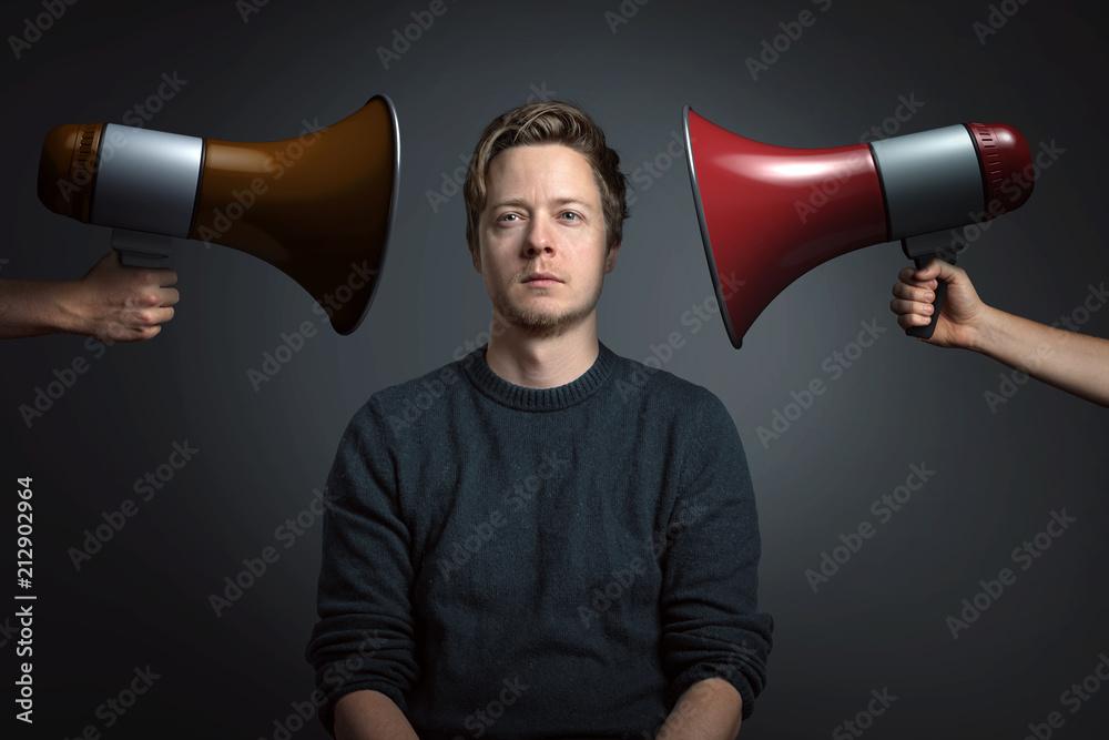 Fototapeta Mann lässt sich von Lautstärke nicht beeindrucken