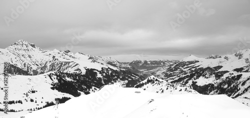 In de dag Alpen some time spent in switzerland alps while skiing, mostly cloudy weather, but beautiful landscape view of mountain peaks