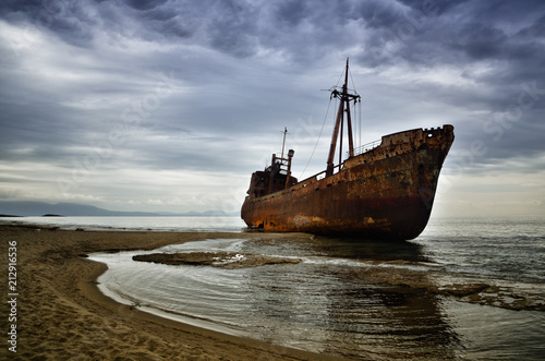 In de dag Dimitrios is an old ship wrecked on the Greek coast and abandoned on the beach